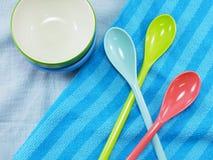 Керамические чашки и пластичные ложки Стоковое Изображение