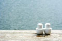 Керамические чашки на деревянном столе Стоковое Изображение