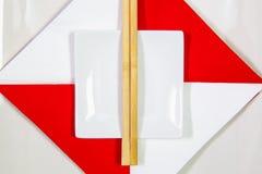 Керамические шары и бамбуковые палочки для еды суш стоковые изображения