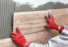 керамические ceranic плитки текстуры Tiler устанавливая керамическую плитку стены в положении сверх Стоковая Фотография