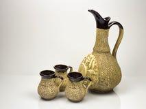 Керамический кувшин и 3 керамических чашки Стоковое Изображение RF