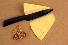 Керамический нож с отрезанными сыром и грецкими орехами Стоковое фото RF