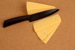 Керамический нож с отрезанным сыром Стоковые Изображения RF