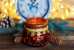 Керамический подсвечник на деревянной предпосылке стоковые фотографии rf