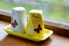 Керамический шейкер соли и перца около окна Стоковое Изображение RF