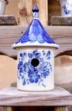 Керамический Birdhouse с дизайнами голубых и белизны Стоковые Фото