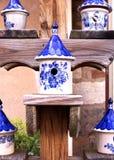 Керамический Birdhouse с дизайнами голубых и белизны Стоковое Фото