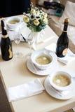 Керамический tableware на таблице и и 2 бутылках шампанского стоковое фото rf