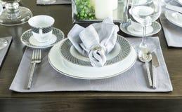 Керамический tableware на таблице Стоковое Изображение
