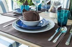 Керамический tableware на таблице Стоковые Изображения