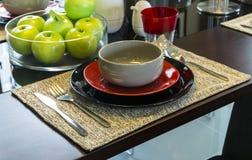 Керамический tableware на таблице Стоковая Фотография