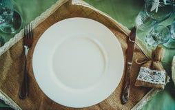 Керамический tableware на таблице стоковые изображения rf