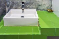 Керамический washbasin на зеленых керамических плитках противопоставляет Стоковое Изображение RF