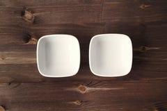 2 керамических белых малых шара на деревенском деревянном столе Стоковое Изображение RF