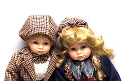 2 керамических куклы садовников сидя на белой предпосылке стоковое изображение rf