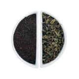 2 керамических плиты с черным и зеленым чаем Стоковые Фото
