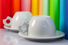 2 керамических чашки и крена бумаги Стоковая Фотография