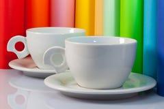 2 керамических чашки и крена бумаги Стоковые Фотографии RF