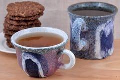 2 керамических чашки и печенья чая Стоковые Изображения RF