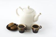 2 керамических чашки кофе с печеньями на блюде и керамическом Стоковая Фотография RF
