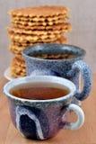 2 керамических чашки чая и кучи waffles Стоковое Изображение RF