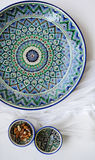 Керамическое блюдо с азиатской картиной Стоковые Изображения RF