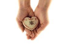 Керамическое сердце в приданных форму чашки руках Стоковые Фотографии RF
