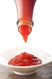 Кетчуп падая от бутылки стоковое фото rf