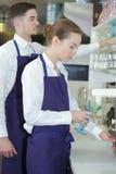 2 кельнера работая в кафе Стоковые Фото