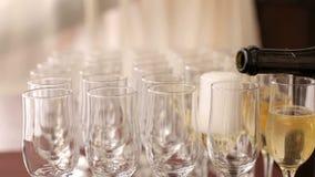 Кельнеры льют шампанское в конец-вверх стекел видеоматериал