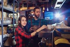 Кельнер девушки бармен работает за шкафом бара в ресторане кафа Стоковое Изображение