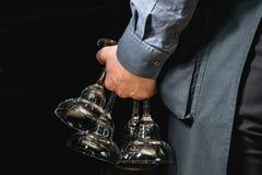 Кельнер держа стекло для вина Стоковые Изображения