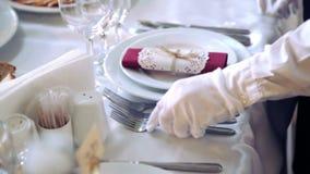 Кельнер на ресторане представляет блюда видеоматериал