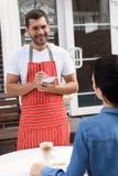 Кельнер принимая заказ клиента на кафе Стоковое фото RF