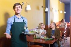 Кельнер работая в ресторане Стоковые Фото