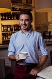 Кельнер работая на кафе Стоковое Изображение RF