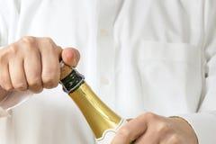 Кельнер раскрывая botle Шампани стоковые фотографии rf