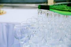 Кельнер льет вино в стекла Стоковая Фотография