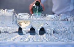 Кельнер льет вино в стекло Стоковая Фотография RF