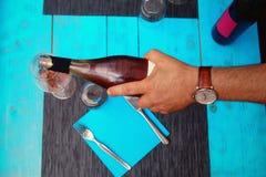 Кельнер льет вино в стекло Стоковое Изображение