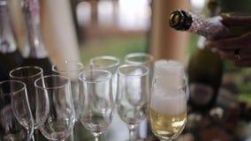 Кельнер льет шампанское в стекла Конец-вверх сток-видео