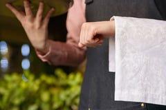 Кельнер Yong держит поднос и салфетку стоковое изображение rf