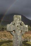 Кельтский крест и радуга на острове Skye в Шотландии Стоковое Изображение RF