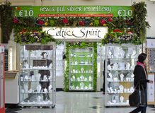Кельтский тематический серебряный магазин украшений в Дублине, Ирландии Стоковые Фотографии RF