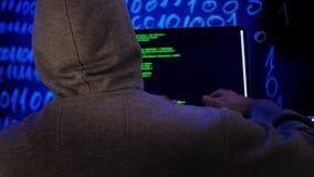 Кибернетическое преступление рубя концепцию технологии Хакер в темной комнате писать программируя код или используя программу вир акции видеоматериалы