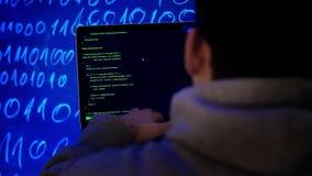 Кибернетическое преступление рубя концепцию технологии Хакер в темной комнате писать программируя код или используя программу вир сток-видео