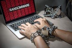Кибер атака Ransomware на компьтер-книжке компьютера стоковая фотография rf