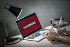 Кибер атака Ransomware на портативном компьютере стоковые фото
