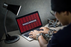 Кибер атака Ransomware на портативном компьютере стоковые фотографии rf