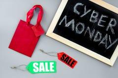 Кибер понедельник слов написанный на классн классном и бумажных сумках для ходить по магазинам на сером взгляд сверху предпосылки Стоковое Изображение